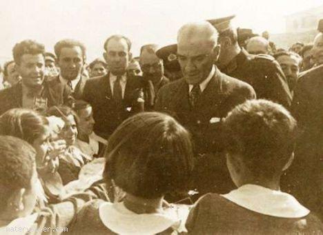Atatürk Nazilli'de öğrencilerle