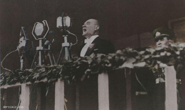 1933 - 10 ncu Yıl Nutkunu söylerken