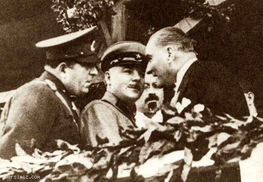 1933 - Cumhuriyet Bayramı geçit töreninden sonra Rus Mareşali Voroşilof ile