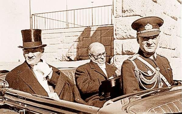 1937 - Başbakan Celâl Bayar ile Cumhuriyet Bayramı törenine giderken