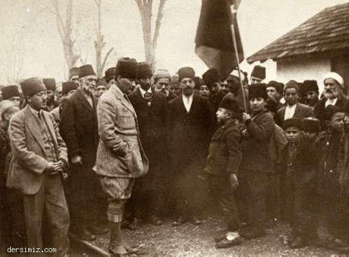 Bilecik Osmaneli İstasyonu'nda bir öğrencinin okuduğu şiiri dinlerken
