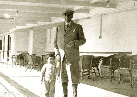 Cumhurbaşkanı Atatürk, küçük Ülkü ile Ege Vapuru'nda, Trabzon'a giderken