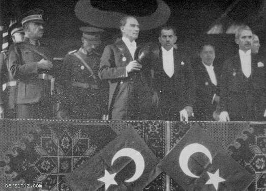 1929 - Cumhuriyet Bayramı geçit törenini izlerken