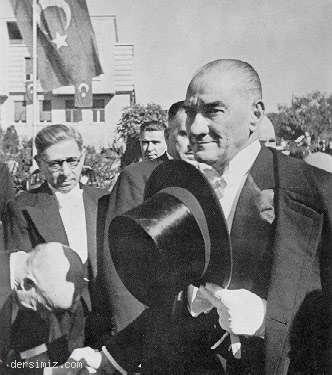 1937 - Cumhuriyet Bayramı kutlamalarını kabul için TBMM'ye gelirken
