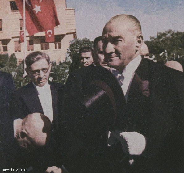 1937 - Cumhuriyet Bayramı tebriklerini kabul için T.B.M.M.'ne gelirken
