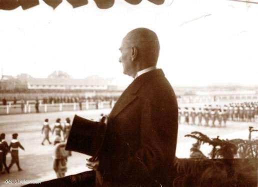 1936 - Cumhuriyet Bayramı'nda geçit törenini izlerken