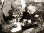 Cumhurbaşkanı Atatürk, küçük Ülkü ile Florya'da Kılıç Ali'nin evinde