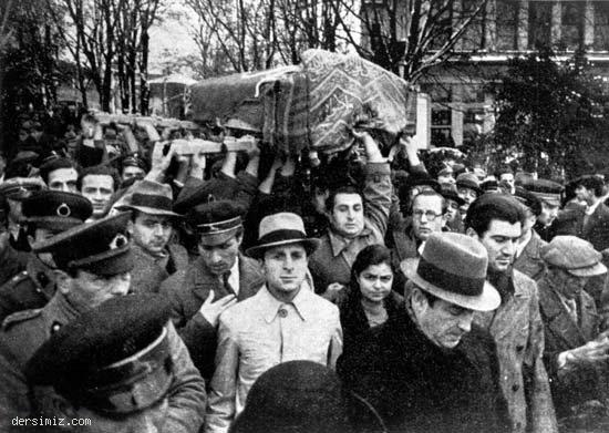 Akif'in cenazesini tıp fakültesi öğrencileri taşıyor