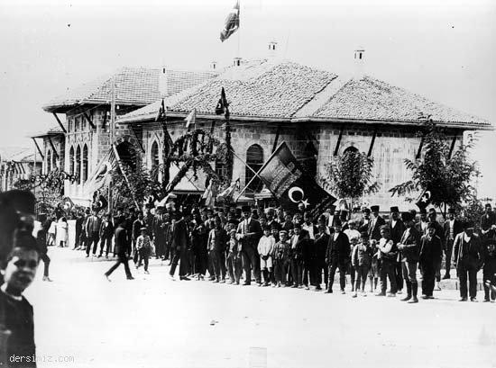 1930'lu yıllarda Cumhuriyet bayramı törenlerinde ilk TBMM önü