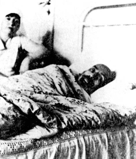 Akif, Mısır Apartmanı'ndaki dairede hasta yatağında.